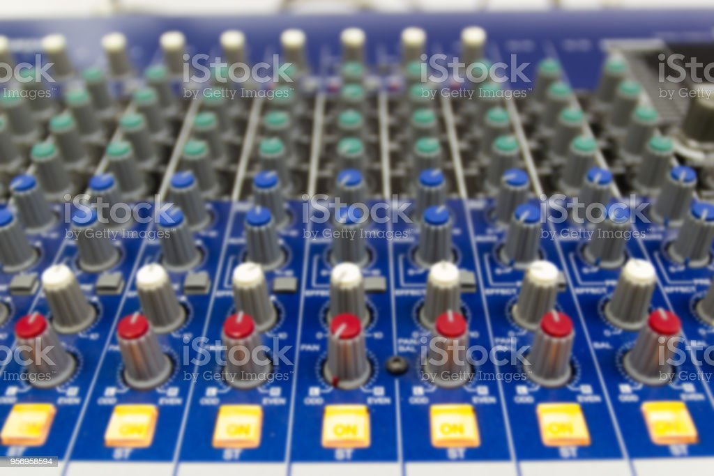 Photo Libre De Droit De Console De Mixage Agrandi Dune Grosse Chaine Hifi Lequipement Audio Banque D Images Et Plus D Images Libres De Droit De Ajuster Istock