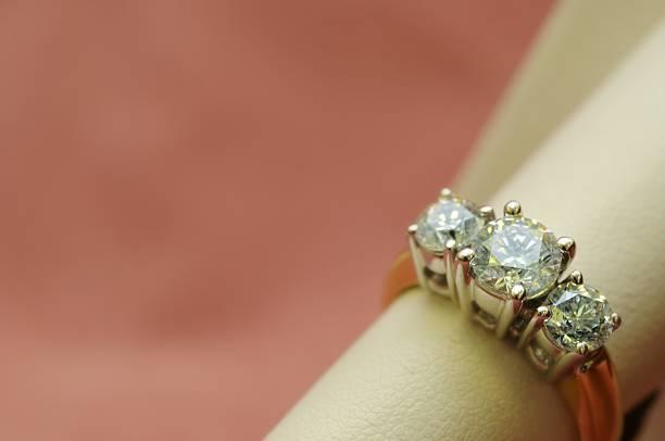 diamanten - verlobungsring 3 steine stock-fotos und bilder
