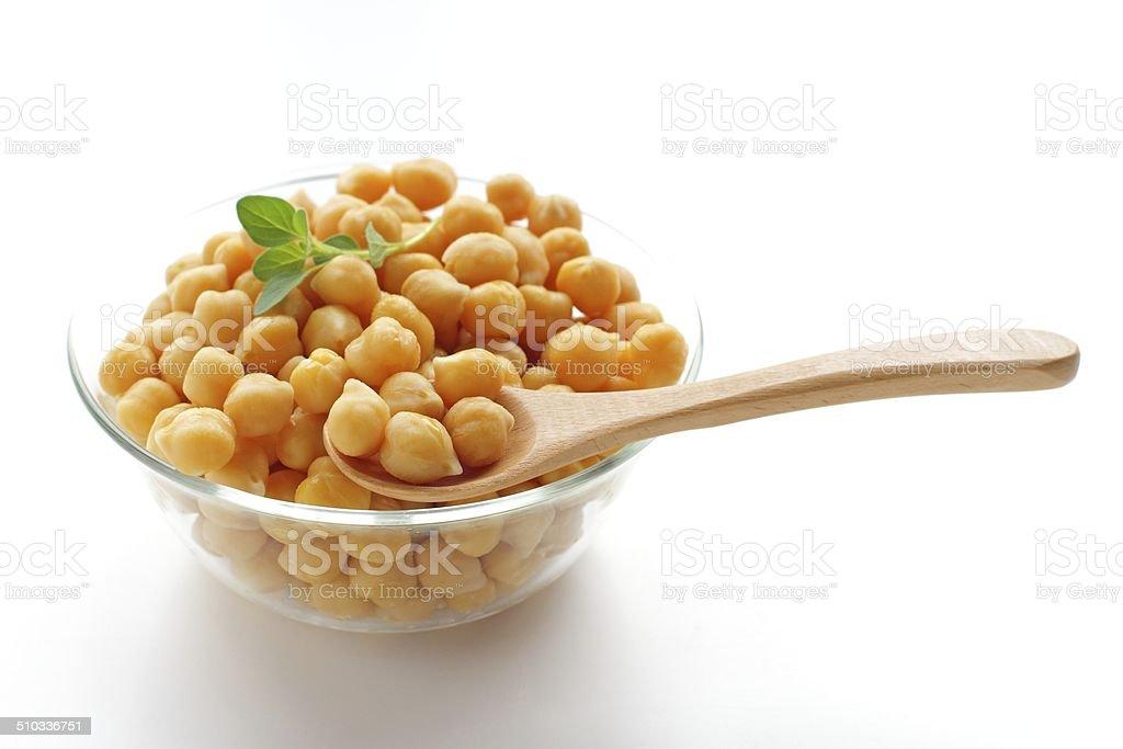 クローズアップのボウルを通り抜けるヒヨコ豆を煮 ストックフォト