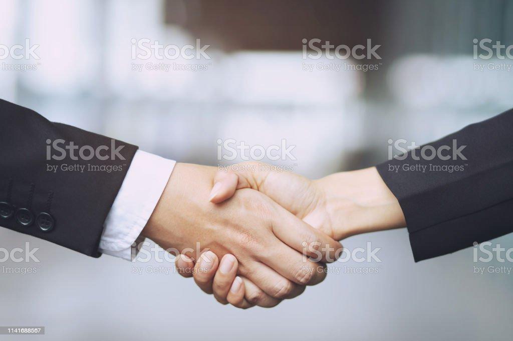 İki meslektaşları arasında bir işadamı el Shake işkadını closeup, iş içinde başarılı eller tutarak. - Royalty-free Adamlar Stok görsel