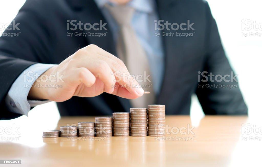 Nahaufnahme eines Kaufmanns machen Stapel von Münzen – Foto