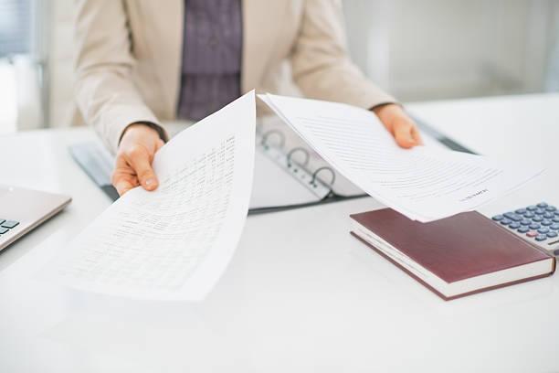 Nahaufnahme der Geschäftsfrau, die Dokumente auf Schreibtisch – Foto
