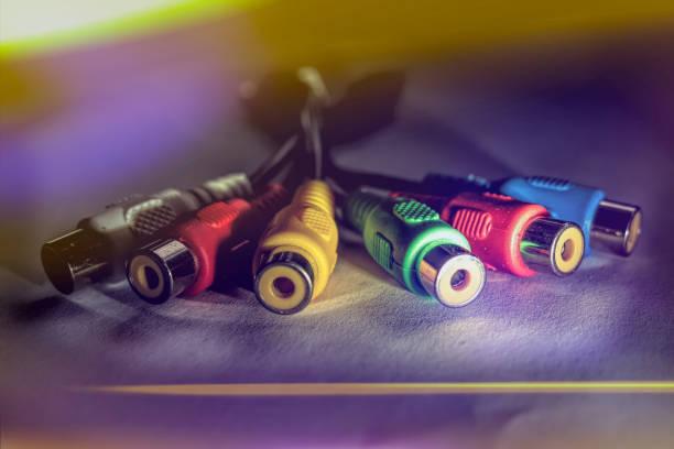 nahaufnahme eines cinch-kabels mit buntem hintergrund - kabelkanal weiß stock-fotos und bilder