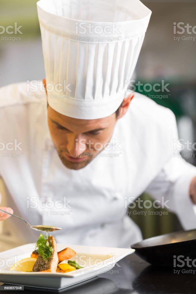 Gros plan d'un chef mâle concentré alimentaire de saisie-arrêt - Photo