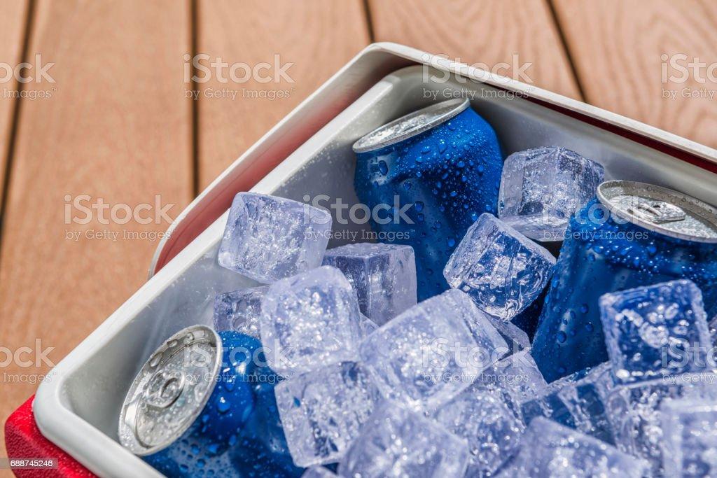 Close-up de um refrigerador cheio de latas de bebidas frias de gelo - foto de acervo