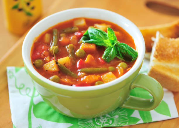 minestrone - hausgemachte tomatensuppen stock-fotos und bilder
