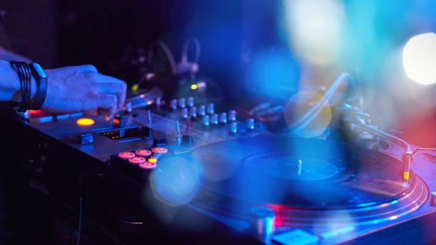 close-up van een toetsenbord dj met vinylplaten - dj stockfoto's en -beelden