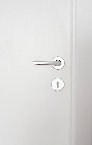 close-up de uma maçaneta de porta de madeira branco - maçaneta manivela - fotografias e filmes do acervo