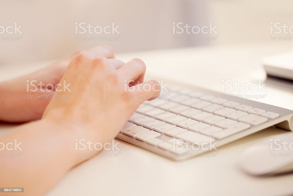 Closeup of a female hands typing on laptop keyboard in the office photo libre de droits