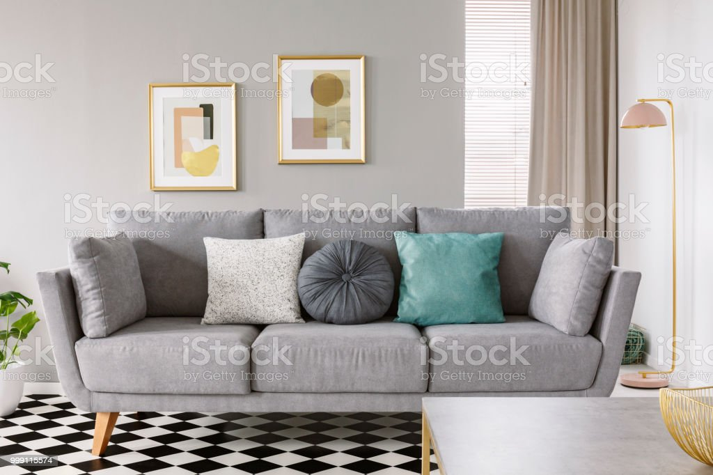Nahaufnahme Eines Grauen Sofa Mit Weiß Und Mint Kissen Auf Einem ...