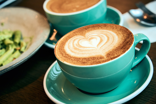 Close-up of a latte with a dark background 。