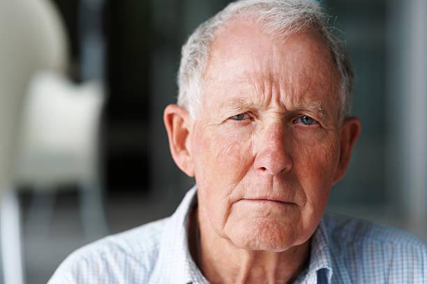 nahaufnahme eines einsam ehemaliger mann - einzelner senior stock-fotos und bilder
