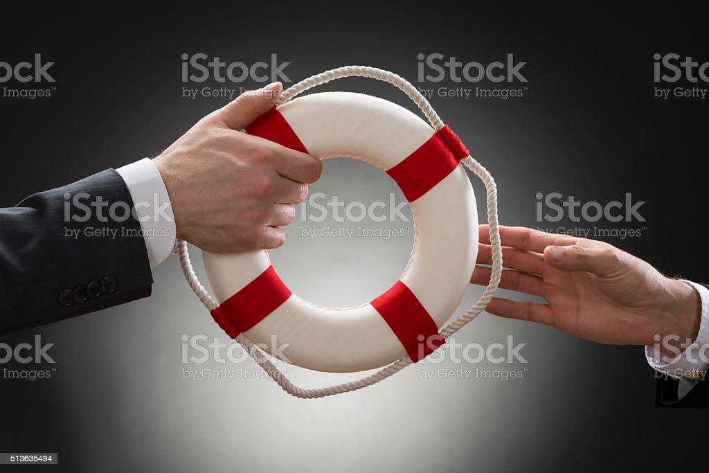 Nahaufnahme von einem männlichen Hand Halten Rettungsring Lizenzfreies stock-foto