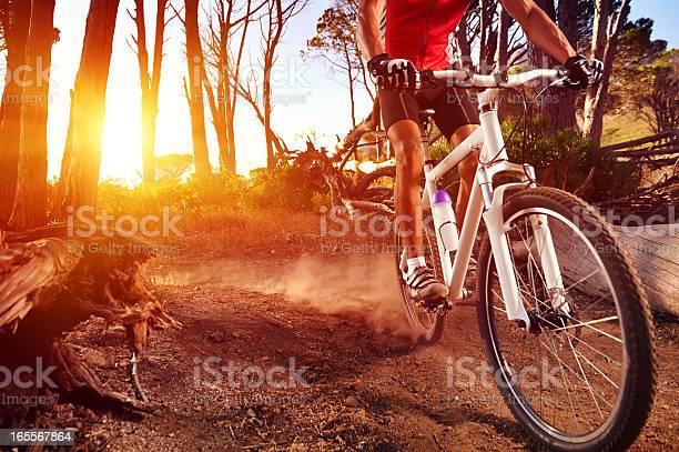 Primer Plano De Un Hombre En Bicicleta De Montaña De Equitación Trail Foto de stock y más banco de imágenes de Ciclismo de montaña