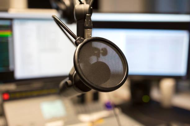 Nahaufnahme eines Mikrofons im Radio Sender Rundfunkstudio – Foto