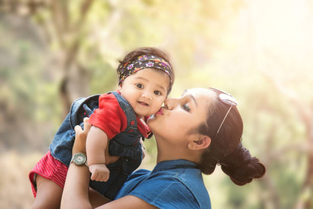 nahaufnahme von a mutter liebevolle her baby girl - indische kultur stock-fotos und bilder
