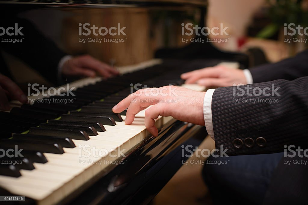 Close-up of a music performer's hand playing the piano photo libre de droits