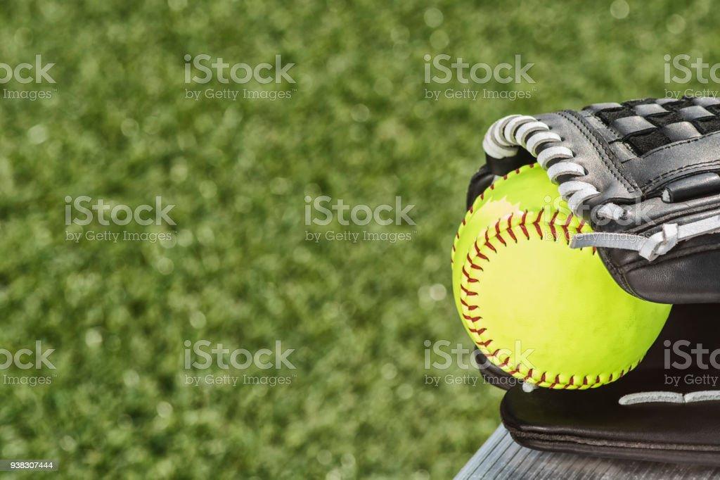 ベンチに黒手袋の新しい黄色のソフトボールのクローズ アップ ストックフォト
