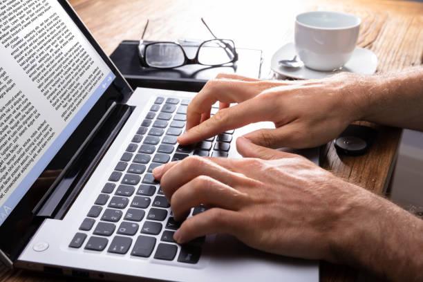 primer plano de una persona escribiendo en la laptop - trabajo freelance fotografías e imágenes de stock