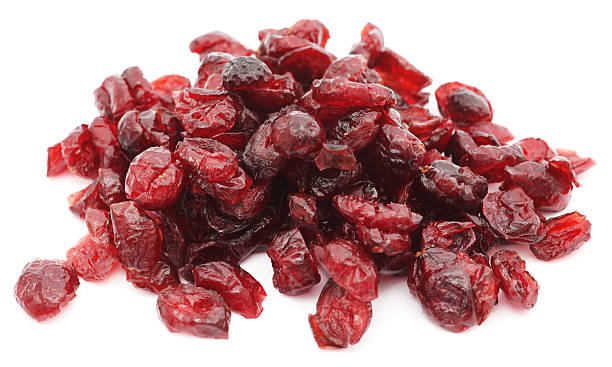 close-up of a pile of cranberries on a white background - gedroogd voedsel stockfoto's en -beelden