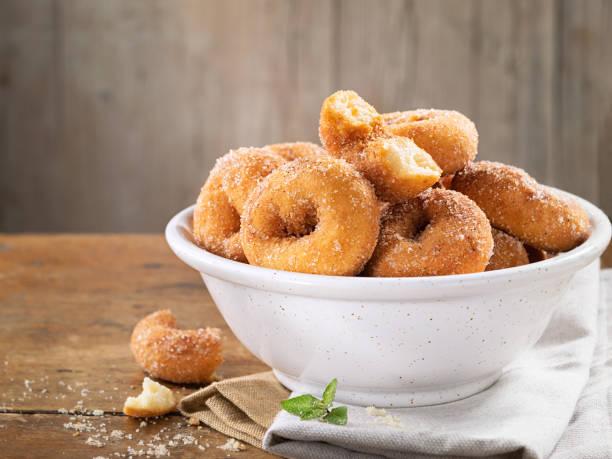 소박한 나무 테이블, 복사 공간에, 일반적으로 부활절에 먹는 스페인에서 전통적인 수제 아니스 도넛, 집에서 만든 rosquillas의 더미의 클로즈업. - 아니스 뉴스 사진 이미지