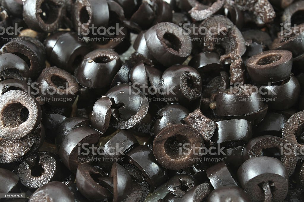 Close-up of a pile of sliced black olives foto
