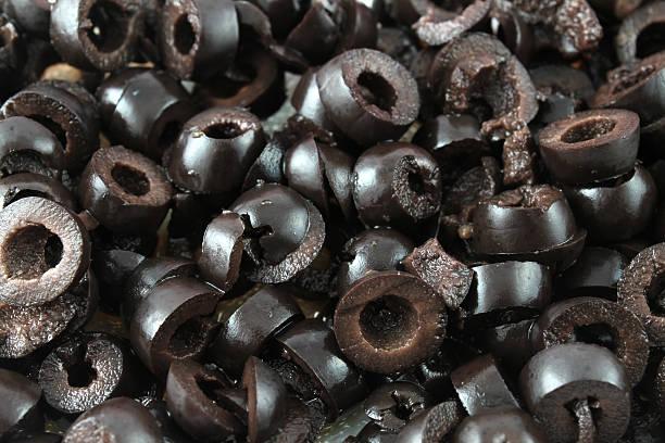 scheiben schwarze oliven - schwarze olive stock-fotos und bilder