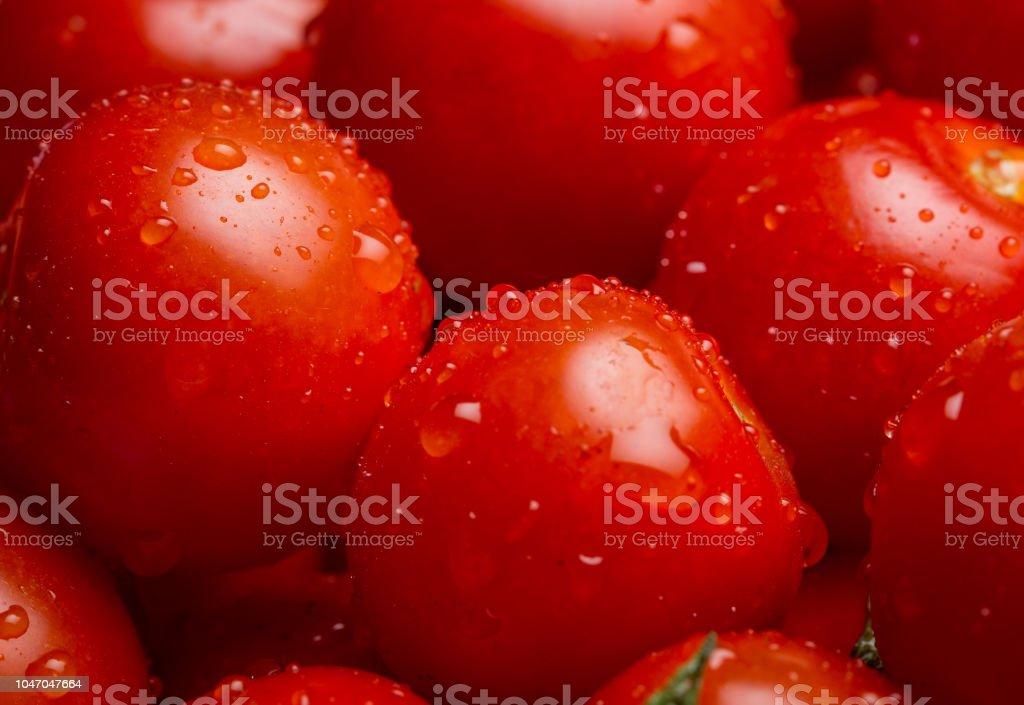 Gros plan d'un tas de tomates-cerises humides - Photo
