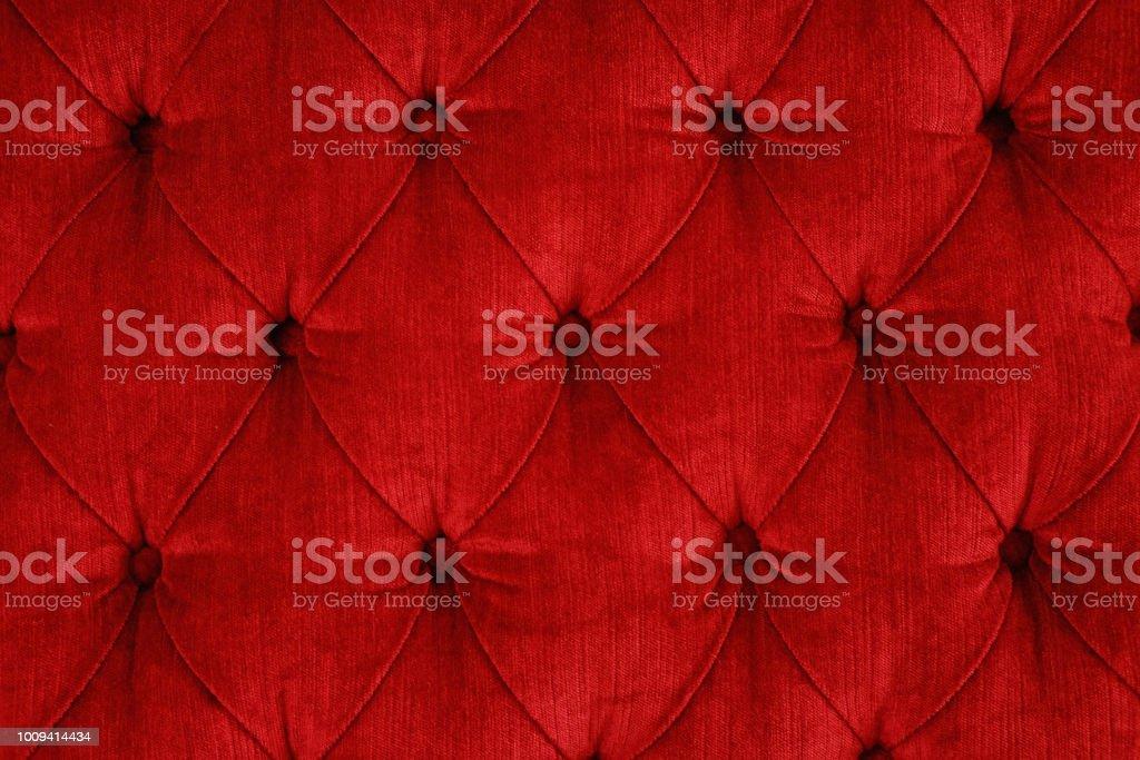 Nahaufnahme eines roten gesteppten samt Sofa mit rot gepolstert Tasten (Diamant Nähte) / Rautenheftung – Foto
