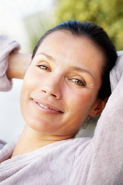 Nahaufnahme von einem entspannten Frau Lächeln – Foto