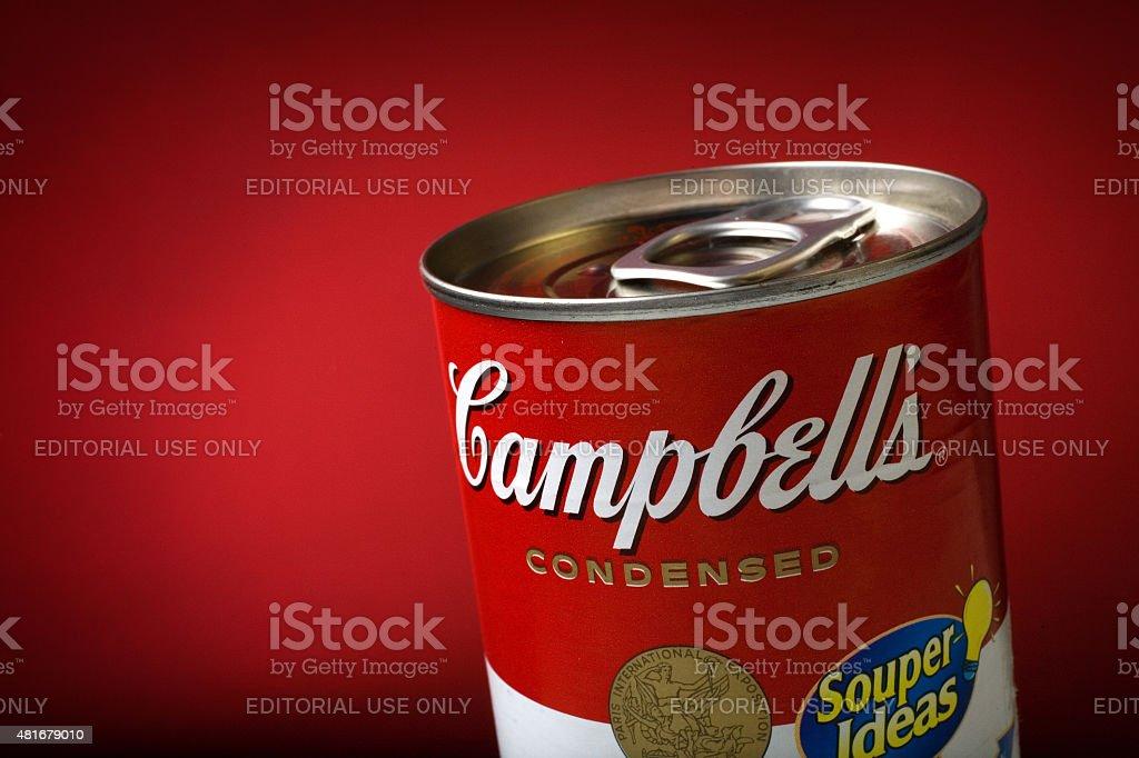 Close-Up de um detalhe Campbell's Soup e pode em plano de fundo vermelho foto royalty-free