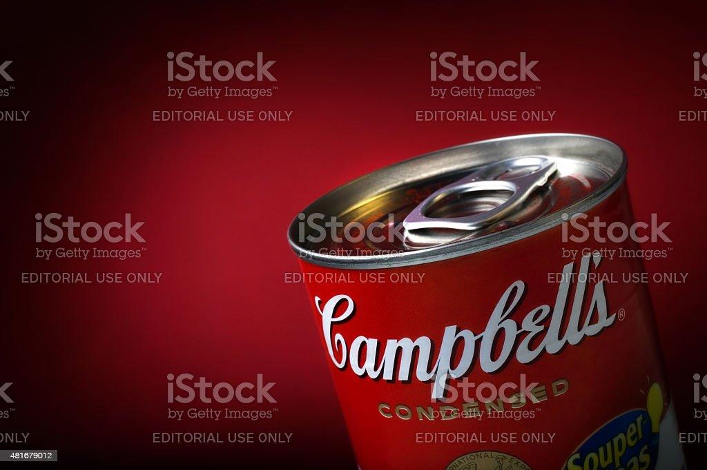 Close-Up de um detalhe Campbell's Soup e pode em plano de fundo vermelho - foto de acervo