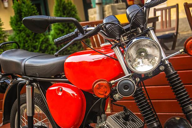 nahaufnahme der kleine rote motorrad - simson mofa stock-fotos und bilder