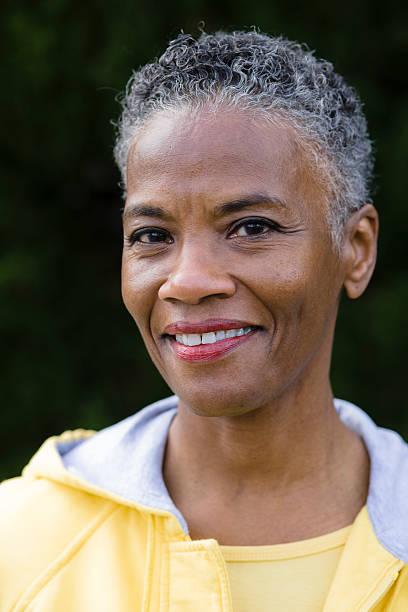 lächeln afroamerikanische frau - altes damenhaar stock-fotos und bilder