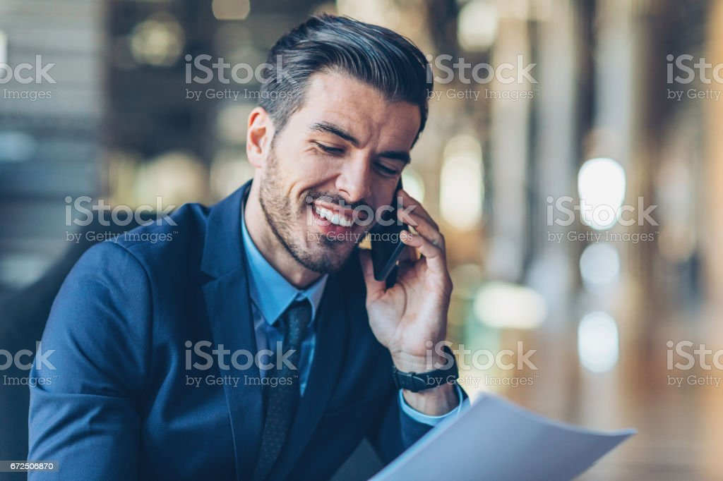 Gros plan d'un homme d'affaires souriant avec téléphone intelligent - Photo