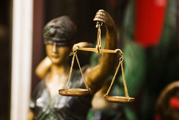 nahaufnahme von einer statue der göttin der gerechtigkeit - tagesgericht stock-fotos und bilder
