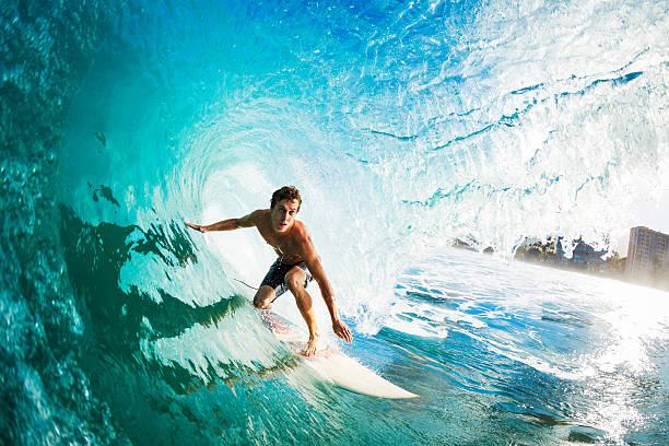 close-up de um surfista em uma grande onda azul - esporte aquático - fotografias e filmes do acervo