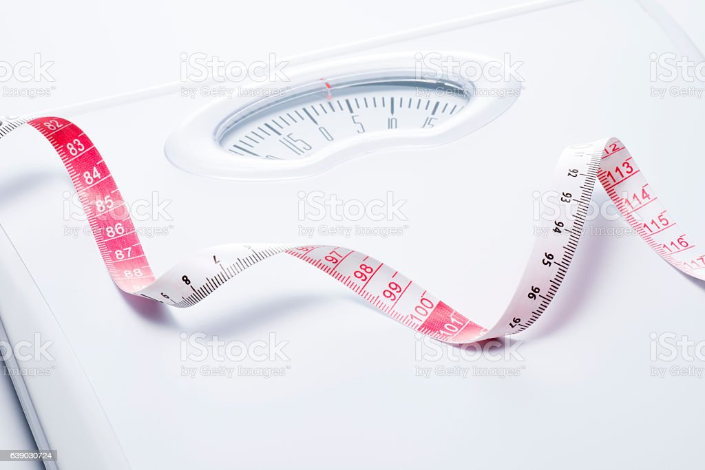 Close-up of a tape measure and Bathroom scale - foto de stock