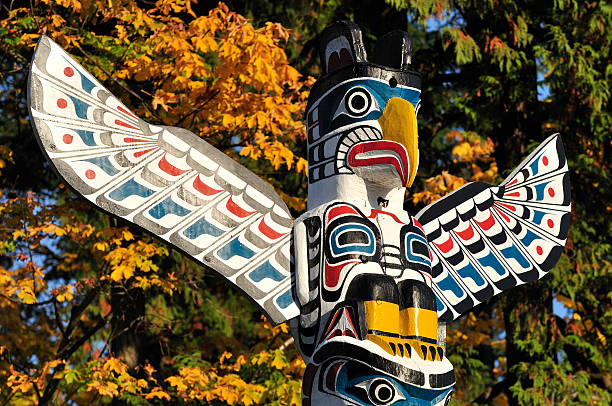 closeup of a totem - vancouver canada stockfoto's en -beelden