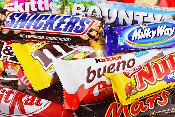 nahaufnahme von einer vielzahl schokolade bars - milky way stock-fotos und bilder