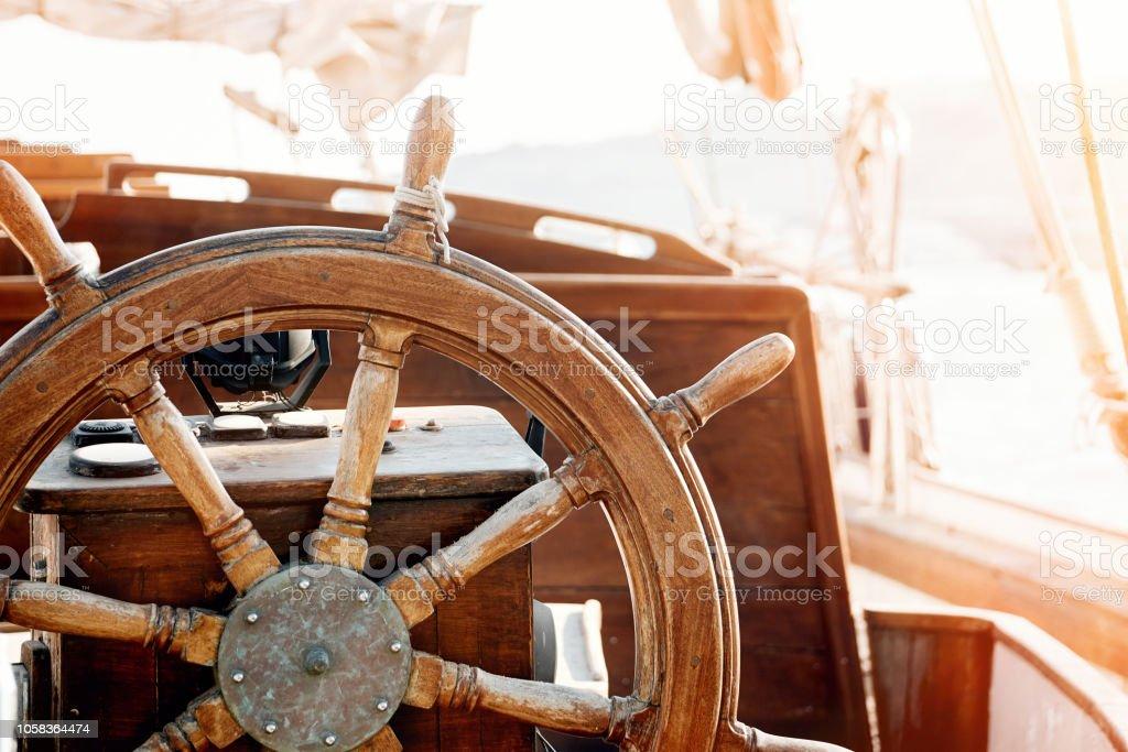 Photo Libre De Droit De Gros Plan Dune Roue A Main Vintage Sur Un Voilier En Bois Banque D Images Et Plus D Images Libres De Droit De Antiquites Istock