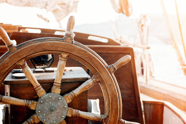 closeup of a vintage hand wheel on a wooden sailing yacht - ster fragment pojazdu zdjęcia i obrazy z banku zdjęć