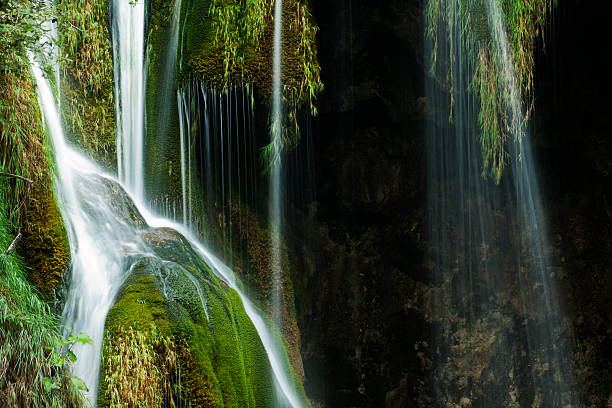 close-up of a waterfall in plitvice lakes in croatia - plitvice lakes stockfoto's en -beelden