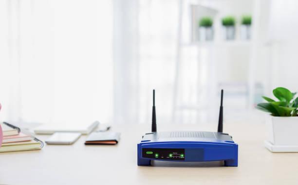 Nahaufnahme eines drahtlosen Routers im Wohnzimmer zu Hause – Foto