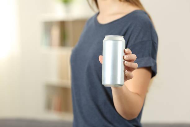 음료 캔 음료수를 들고는 여자의 근접 촬영 - 캔 뉴스 사진 이미지