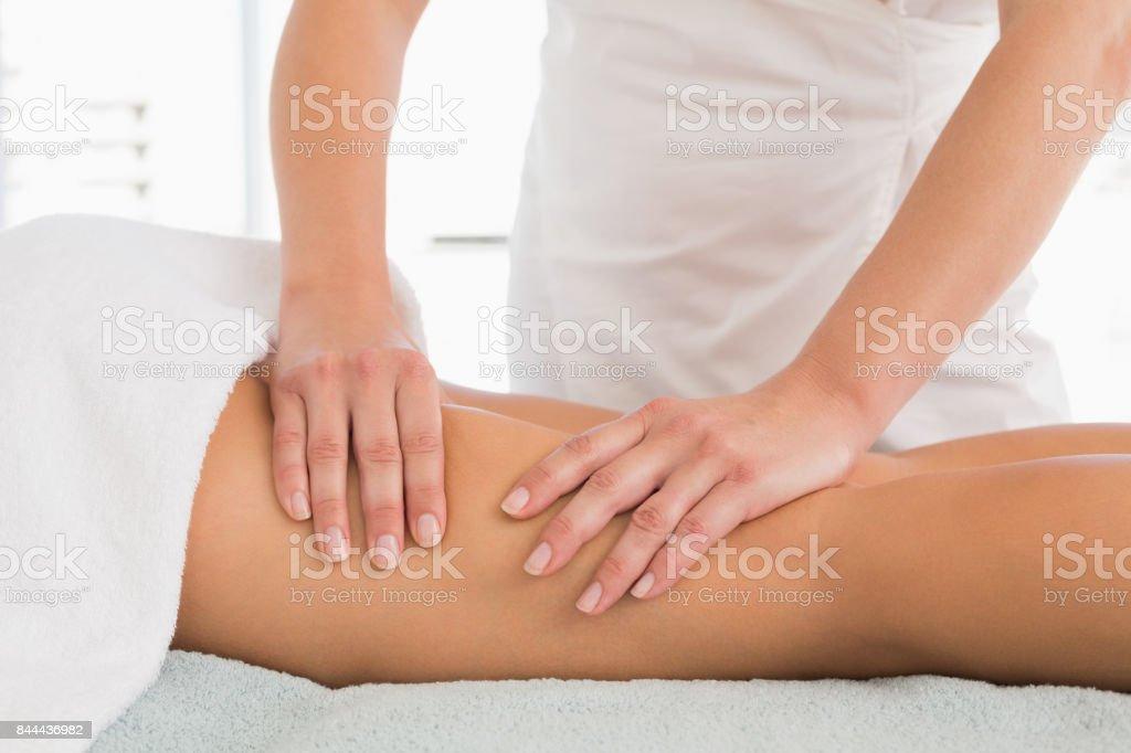 Primer plano de una pierna de mujer recibiendo masaje - foto de stock