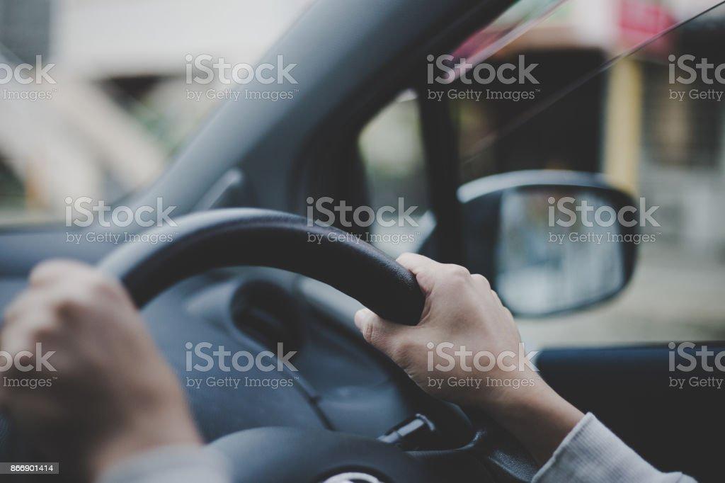 車のハンドルを保持している女性の手のクローズ アップ ストックフォト