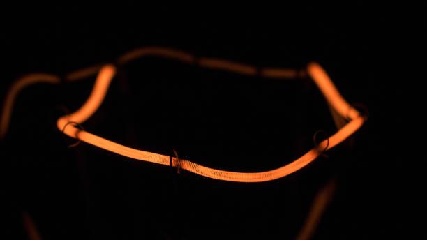 Gros plan d'une spirale jaune d'une lampe à incandescence. - Photo