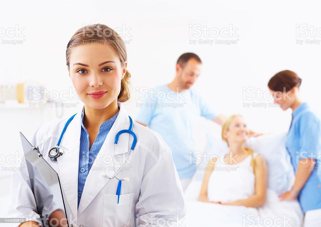 Nahaufnahme einer jungen, weiblichen aufmerksamen Arzt – Foto