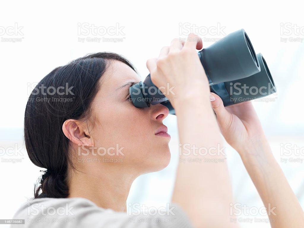 Nahaufnahme von einer jungen Frau Blick durch das Fernglas Lizenzfreies stock-foto